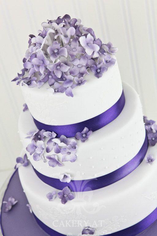 Wunderschöne Hochzeitstorte  in Violett, Lila mit Blumen