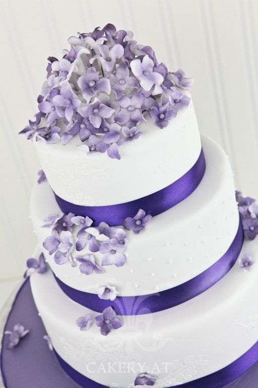 Wunderschone Hochzeitstorte In Violett Lila Mit Blumen Hz
