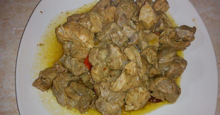 Υλικά: 1 κιλό τιγανιά ή 1 κιλό χοιρινό κρέας  1 πράσινη ,1 κίτρινη πιπεριά και μία πορτοκαλί πιπεριά (ψιλοκομμένες)  λίγο λάδι  αλατοπίπερο ...