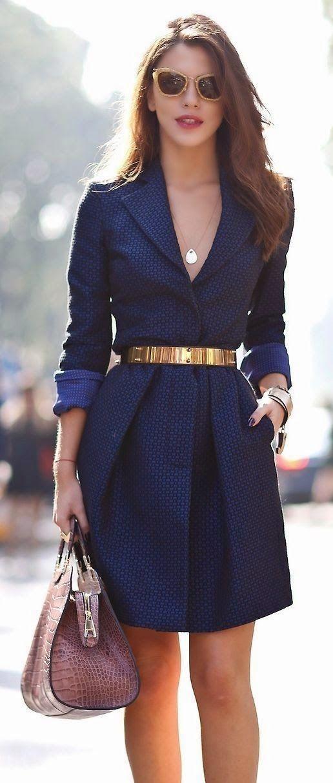 On adore sa robe chic et classe bleu avec une magnifique ceinture dorée à la…