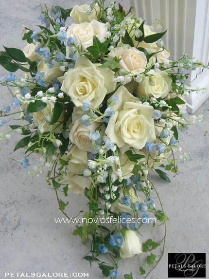 Rosas blancas en cascada, lirios del valle y delphinium en color azul cielo ❤❦♪♫