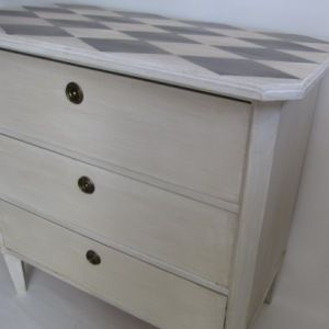 Byrå med harlequinrutor. Gustavian chest of drawers
