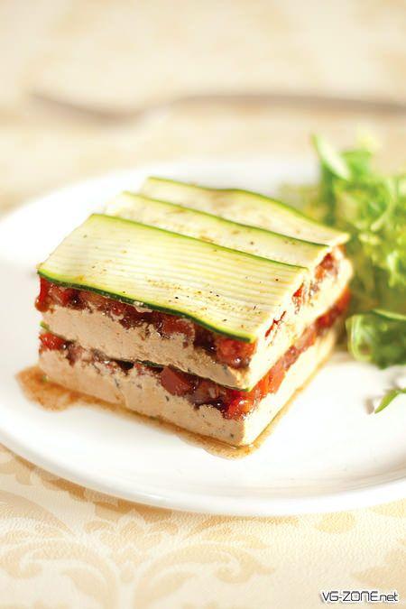 Pour la plupart des gens, la cuisine crue est simplement synonyme de salades et de crudités. Or il existe une véritable gastronomie crudivore, riche, inventive et surprenante. Très peu développée en France, mais très en vogue dans les pays anglo-saxons, on trouve chez nos voisins de véritables chefs spécialisés dans la Rawfood et leur travail …