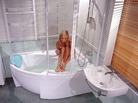 Wanna z parawanem do małej łazienki