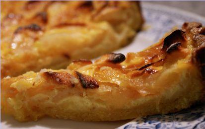 Torta di mele alla cannella - Ci sono mille torte di mele, ma questa ispirata alle quiche francesi è particolare: le mele sono  racchiuse in un guscio di pasta frolla o briseè e ricoperte di una cremina a base di latte, uova e cannella.