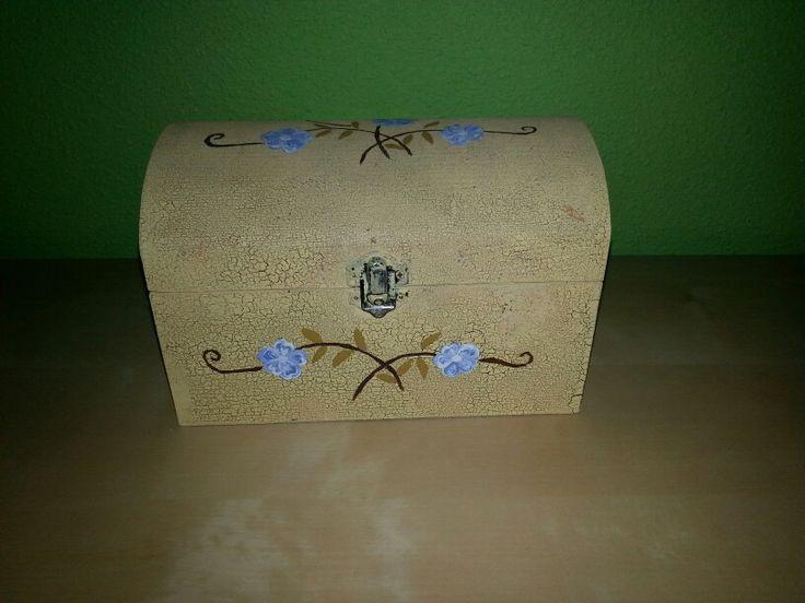 Cofre viejo, pintado y decorado para un nuevo uso