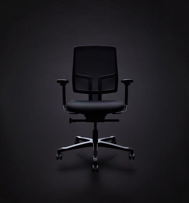 KONTORSTOLER - Noen sitter hele dagen, andre er på farten mesteparten av tiden. Derfor varierer kravene til kontorstoler avhengig av måten vi arbeider på, hva vi jobber med og hvordan aktivitetene er organisert på kontoret. Når vi designer kontorstoler har vi begge disse ekstremsituasjonene i tankene
