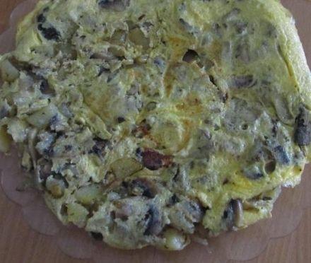 FRITTATA DI PATATE E FUNGHI CHAMPIGNONS - www.iopreparo.com: un secondo appetitoso e semplice da preparare, completo del contorno di patate e funghi champignons.  Può essere servita anche come antipasto se tagliata a dadini.