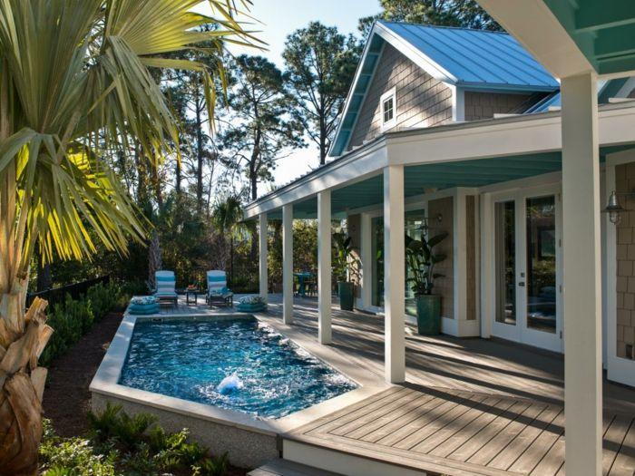 piscine hors sol rectangulaire, palmier, façade de maison blanches, colonnes blanches