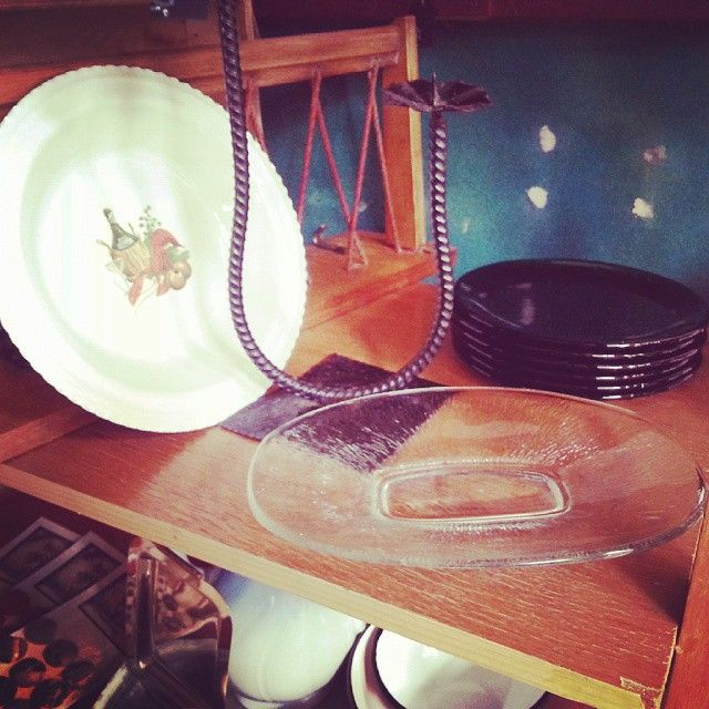 Metalowy talerz z malowaniem - cudo ! Szklana paterka też super ;) #vintage #interiors #industrial #design #loft #retro #vintageshop #sklepvintage #poznan #ceramika #keramik #Poland #starocie #brocante #szkło #antiques #talerz #patera #świecznik #wnętrza