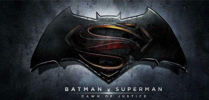 """Henry Cavill tem o habito de dar """"moedas de desafio"""" para o elenco e equipe de todos os filmes nos quais trabalha. Parece que essa mania se manteve em 'Batman V Superman'. Fotos postadas no Twitter sugerem algumas modificações no emblema no Batman. Alguns fãs notaram pequenas diferenças entre o símbolo contido na moeda e …"""