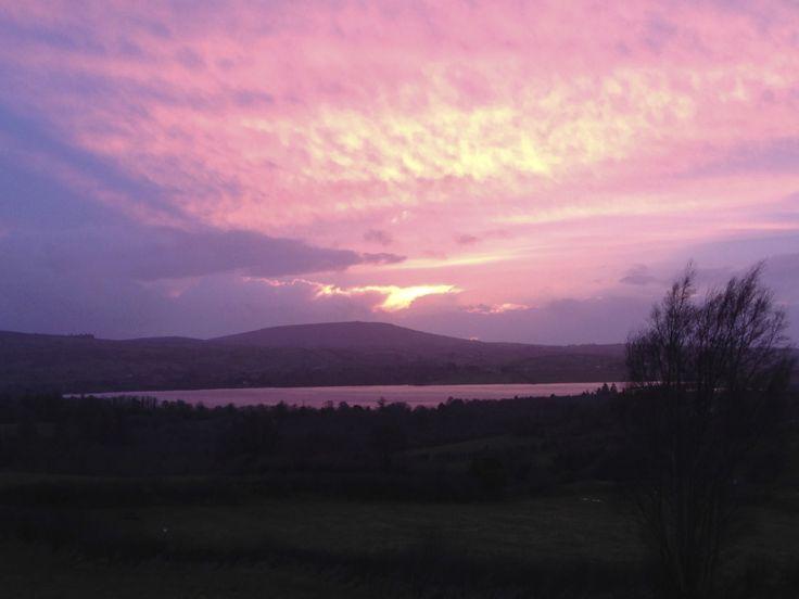 Vue sur Lough Arrow au coucher de soleil