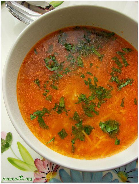 Şehriye çorbası tarifi Kolay çorba tarifleri Domatesli şehriye çorbası Şehriye çorbası oldukça basit fakat hakkını vererek yapıldığında ziyafet sofralarına konuk olabilecek kadar güzel bir çorba..Soğan lezzetine lezzet katıyor ,olmazsa olmaz… Şehriye çorbası nasıl yapılır Malzemeler: 1 adet kuru soğan 1 yemek kaşığı salça veya 2 domates 1 yemek kaşığı tereyağ 5 su bardağı tavuk suyu …
