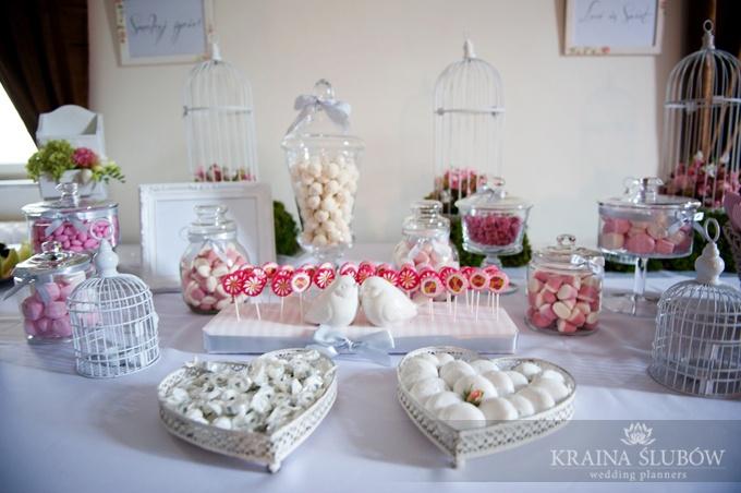 Pale pink & silver candy buffet, wedding in Poland / różowo-srebrny słodki bufet / Fot. Paulina Sztenkiel/Kraina Ślubów