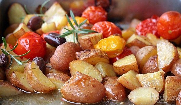 rozmarínové zemiaky s olivami a paradajkami