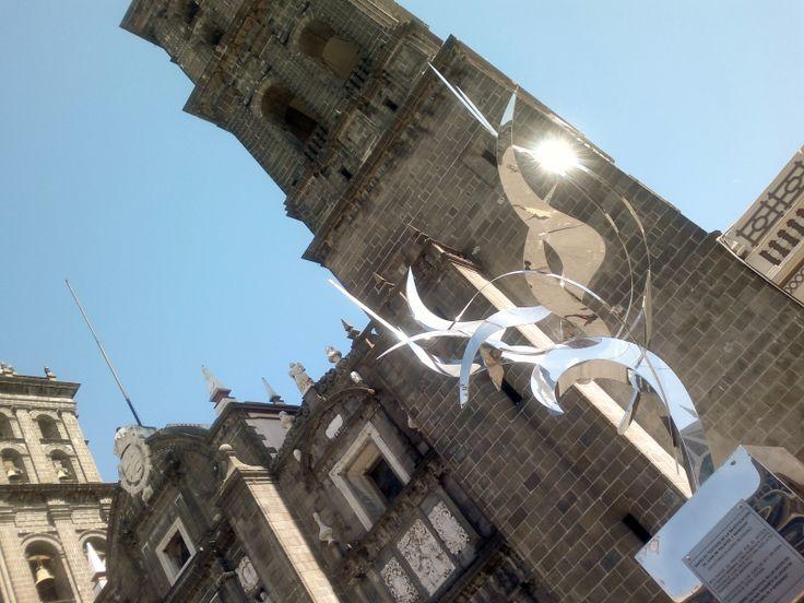 """""""Ángeles testigos de la beatificación de Juan de Palafox y Mendoza"""" Esculturas en acero inoxidable en la Catedral de Puebla"""