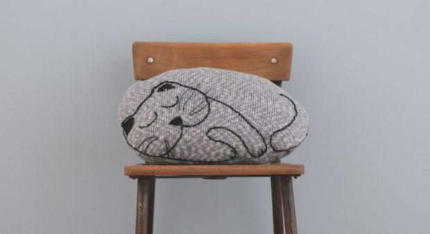 Coussin très félin à tricoter et broder Les explications.Ce gros coussin doudou à l'allure d'un chat endormi invite aux câlins.Tricotez facilement ce joli coussin avant de le broder, pour agrémenter la chambre d'enfant.