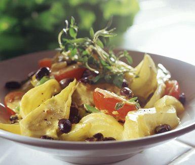 En vegetarisk gryta med smaker från Medelhavet är denna vegogryta med grönsaker och bönor i buljong och crème fraiche. Den livfulla grytan får en smak av färsk timjan innan du serverar den till dina gäster.