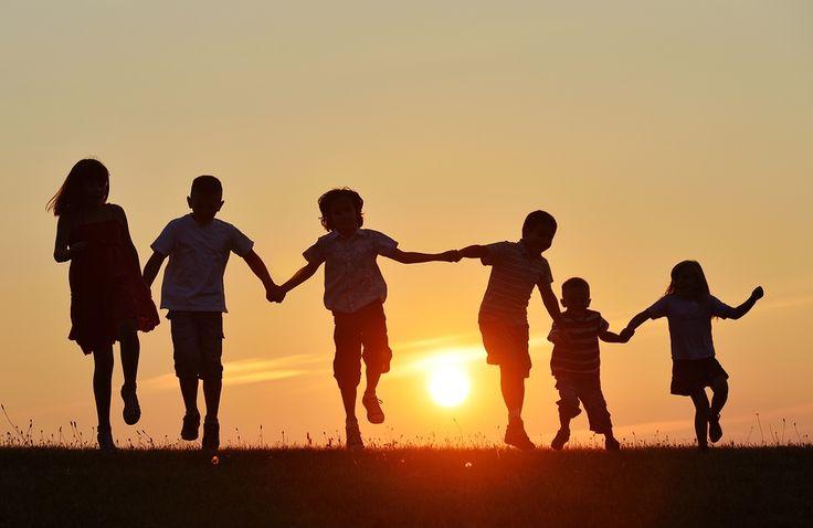 V dnešnom článku sa zoznámime s hrami, ktoré môžete hrať s deťmi na výlete na chate, na dovolenke pri mori, doma alebo aj v detskom tábore.