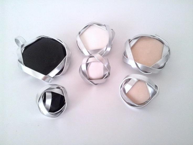 COLGANTE DE ALUMINIO PLANO Nº 2 Y ANILLO DE ALUMINIO PLANO Nº  1. La piedra podrá ser de cualquier color porque está hecha con arcilla polimérica y barnizada. El aluminio plano está disponible en color plata, negro, marrón cobrizo,...  Todos los modelos son únicos, originales y no habrá dos piezas exactamente iguales ya que están hechos totalmente a mano.  Puedes ver todos los complementos en http://tutoqueoriginal.blogspot.com.es/