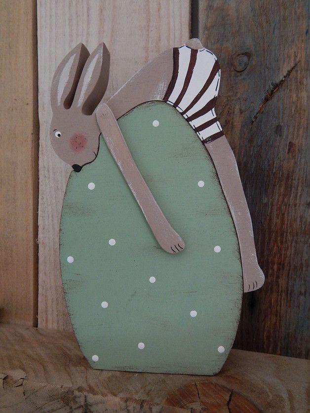 Der kleine Hase ist  müde und hat es sich auf einem Ei  gemütlich gemacht .  Er muss sich für die Osterzeit noch ein wenig ausruhen. Ei mit Hase ist ca 18,5 cm hoch und ca 11 cm breit .   Hase...