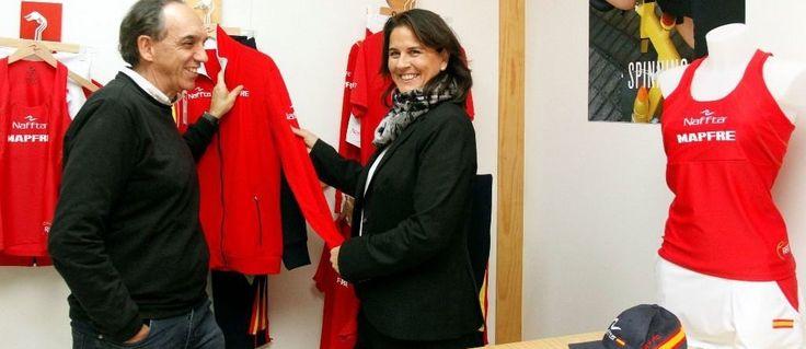 La capitana de la Copa Davis y el presidente de la RFET conocen el proceso de diseño y producción de las equipaciones