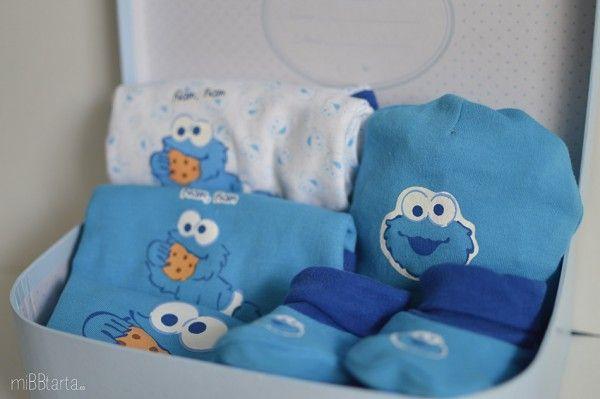 Canastillas maletín Barrio Sésamo con originales regalos para el bebé