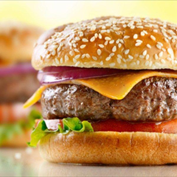 Λαχταριστά, ζουμερά και νόστιμα, τα burgers είναι από τις αγαπημένες λιχουδιές μικρών και μεγάλων. Πώς μπορούμε να φτιάξουμε όμως, το καλύτερο burger στο σπίτι μας;
