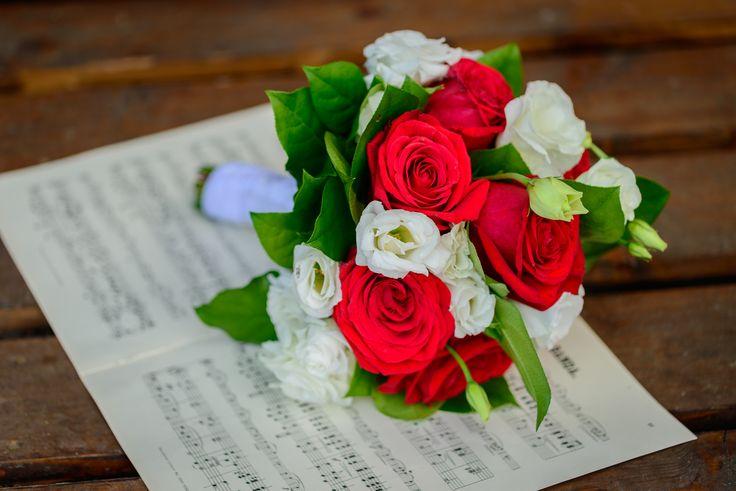 svatební kytice s červenými růžemi