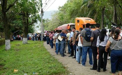 Cientos de personas acuden a la tercera feria de empleos en San Pedro Sula - Diario La Prensa