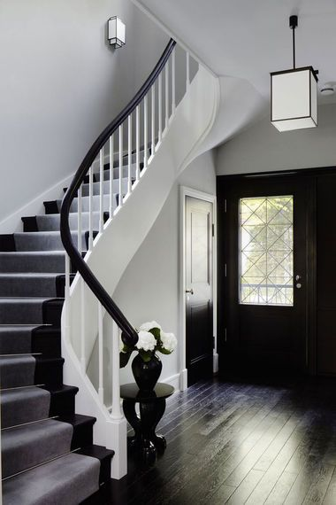 Klassischer Aufstieg. Treppe in schwarz und weiss.