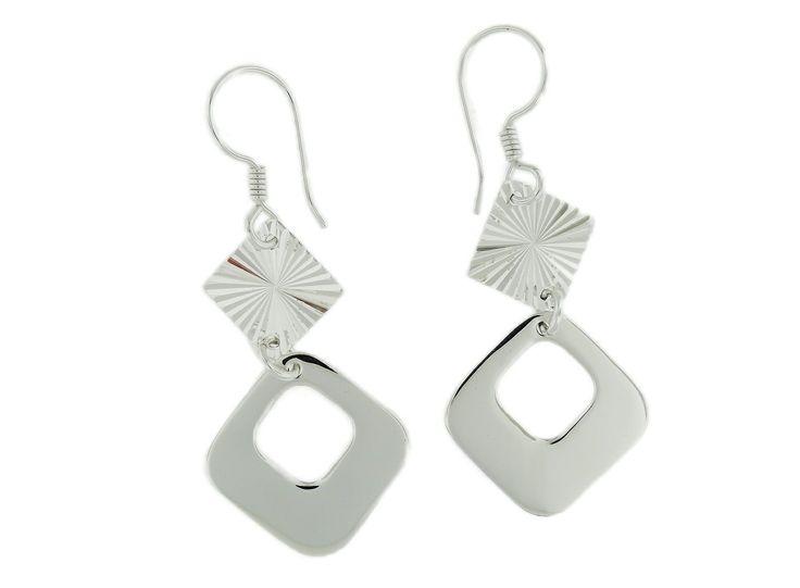 Arete de plata con forma de rombo y aplicación diamantada.