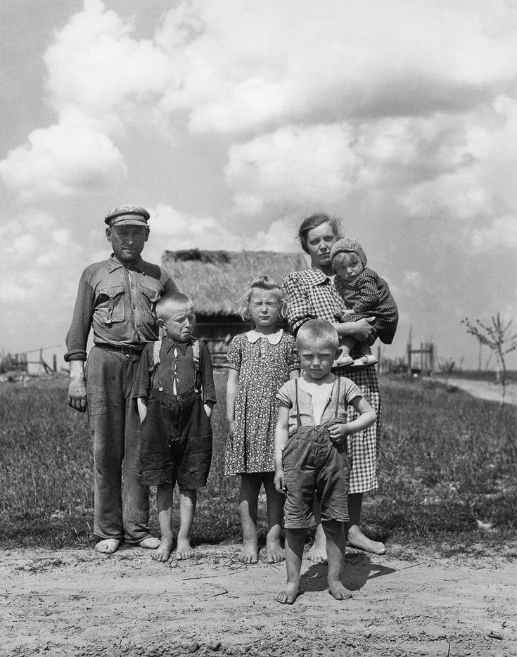 """Wystawa zdjęć amerykańskiego fotografa Johna Vachona, który trzykrotnie przyjechał do Polski (w latach 1946, 1956 i 1963), fotografując kraj i ludzi. Po raz pierwszy, na zlecenie rządu USA, dokumentował pomoc, udzielaną Polsce po II wojnie światowej w ramach UNRRA. Zdjęcia z 1956, wykonane na zlecenie magazynu """"Look"""", ukazują Warszawę i jej mieszkańców podejmujących trud odbudowy życia. [...] Podczas kolejnego pobytu w Polsce fotograf wykonał dla magazynu """"Look"""" serię kolorowych slajdów."""