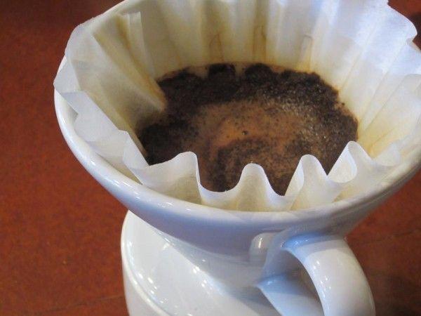 Posos de café como abono Dejaremos secar los posos y los añadiremos al suelo removiendo con alguna herramienta para que se mezcle con la tierra. Los posos de café también nos ayudarán a que el suelo sea más esponjoso con lo que estaremos facilitando la ventilación y el crecimiento de las raíces de nuestras plantas.De todas formas los posos del café, como todo, hay que usarlos sin exageraciones pues podríamos elevar en exceso la acidez del suelo