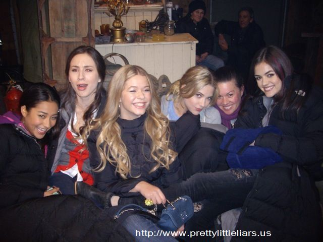 Shay Mitchell (Emily Fields), Troian Bellisario (Spencer Hastings), Sasha Pieterse (Alison Dilaurentis), Ashley Benson (Hanna Marin), Lucy Hale (Aria Montgomery) PLL behind the scenes