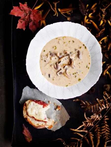 Suppilovahverokeitto ja uunivoileivät -Mushroom soup and warm sandwiches Ruoka / HS.fi