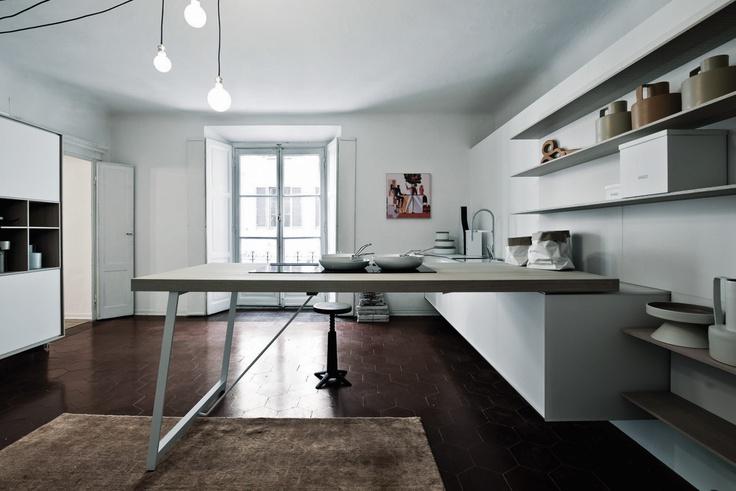 Non solo legno: #Kalea è disponibile anche in vetro. Qui in vetro acidato bianco. Not just wood: Kalea is also available in glass. It is shown here in etched white glass. #Cesar #Cucine #Kitchens