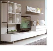 Комплектация стенки - как на фото и эскизе: Подвесной настенный 4-дверный шкафчик с прозрачными дверцами, с внутренними полками - для хранения предметов, подставка под TV с 2-мя выдвижными ящиками, тумба с 3-мя широкими выдвижными ящиками (шириной 0,8 м).
