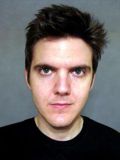 Alan Kerr est jeune, anglais, et graphiste de profession au sein de sa boite, Deadboy Design (cf : http://www.deadboydesigns.com/). Il aime la bière, et tout ce qu'on peut espérer pour lui, c'est que Kreepy Kat, son webcomic, n'est pas autobiographique...