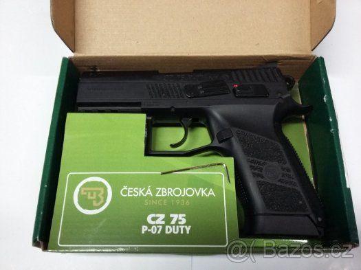 Airsoft pistole CZ-75 P-07 Duty na CO2 Zánovní/záruka - Prodám jednou použitou zánovní airsoftovou zbraň Airsoft pistole CZ-75 P-07 Duty na CO2 pořízenou v září 2016 viz.záruční list. Délka zbraně: 186 mm Délka hlavně: 92 mm Hmotnost zbraně: 820 g Princip střelby: plynový na CO2 Režim střelby: jednotlivé rány Úsťová rychlost: 130 m/s Úsťová rychlost: 427 ft/s Kapacita zásobníku: 20…