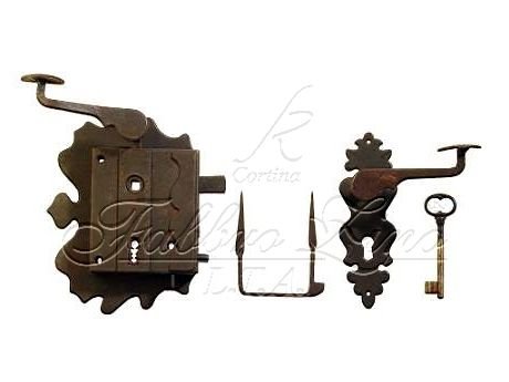 Iron locks for doors, characterized by an antiqued finishing