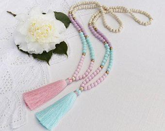 Pastel borla collar con resina malva teal, rosa y pálido más cuentas de madera blancas - tiene un color rosa pálido o un pálido verde azulado hielo borla