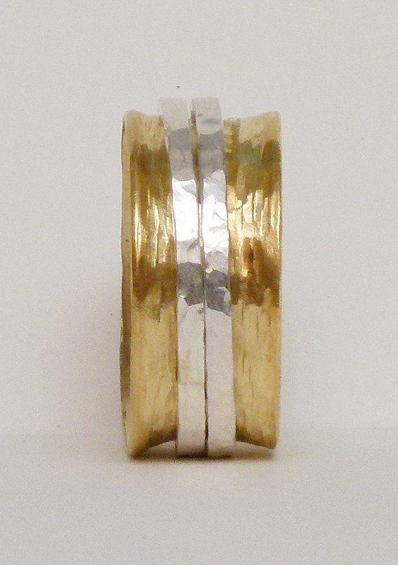 Eine Handarbeit von mir Mens wedding Ring, dies ist ein 1mm dick und 11mm breites Brass Band mit 2 1,5 mm dickem Sterlingsilber Spinner. Diese einzigartige Mens-Ehering ist angenehm zu tragen und hat eine notleidende, rustikale Birke Rinde Struktur vollständig handgemachte - Dies ist kein Muster Draht!    Eine Mens Ehering, den ich benutzerdefinierte für Sie gemacht!    Finden Sie meinen Schmuck in meinem Shop hier:    http://www.Etsy.com/Shop/uniquestackingrings    BITTE...