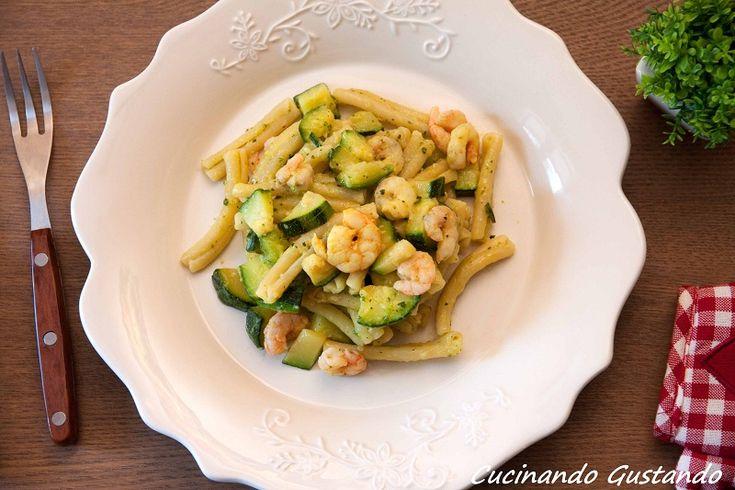 La Pasta zucchine e gamberetti è un delizioso e gustoso primo piatto perfetto per la stagione primaverile. La cremosità rende il piatto irresistibile.
