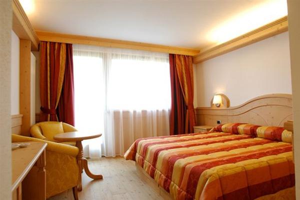 Camera Confort. È una bella camera doppia spaziosa con divano   (con possibilità di 1-2 letti aggiunti).    DOTATA DI:  - balcone  - bagno con doccia e phon  - minibar  - cassaforte  - telefono  - TVColor e WI-FI.