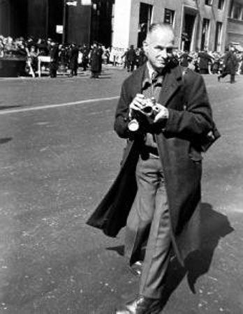 Henri Cartier-Bresson, um mestre da fotografia.   Saiba mais sobre grandes fotografias da história em cantodosclassicos.com