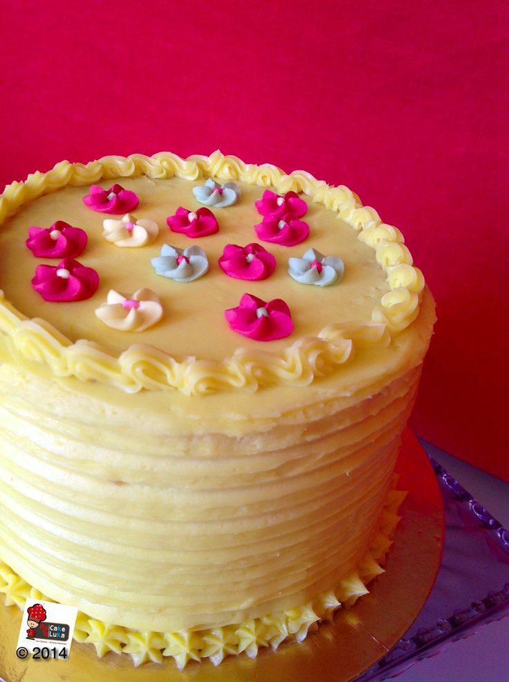 White chocolate and passion fruit curd are married in this layer cake. Have a look on foodblog www.mycakeisluka.com