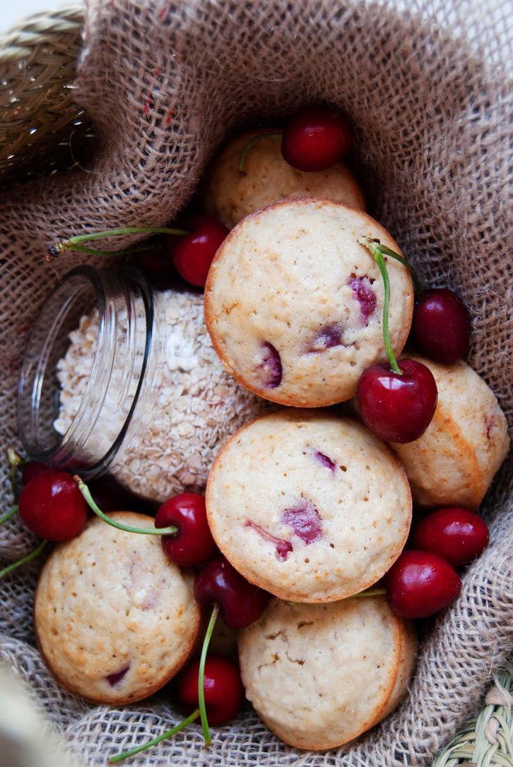 La asaltante de dulces: Receta de muffins de avena, cerezas y cardamomo/ Oatmeal, cherries & cardamom muffins recipe