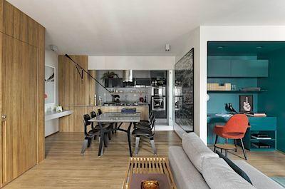 Architekt propojil kuchyň s obývacím pokojem do jednoho celku, Jejich plochu rozšířil i o další místnosti.