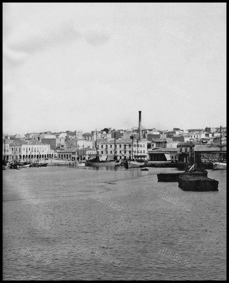 https://flic.kr/p/D5N2oB | Το λιμάνι του Πειραιά. Διακρίνονται βιομηχανικές εγκαταστάσεις της εποχής και κτίρια εμπορικών αποθηκών. Φωτογραφία: Ρωμαΐδης Zeitz/Αρχείο Μουσείου Μπενάκη.
